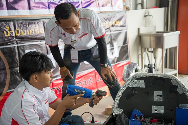 Thai team Panjavidhya servicing their vehicle before the race. They finished with a record of 3,056.121 km/L, winning the 2018 Soichiro Honda Cup